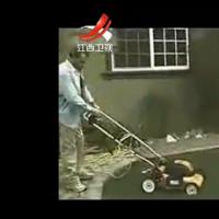 家庭幽默录像 2013:园丁锄草惨被机器甩飞 20131223