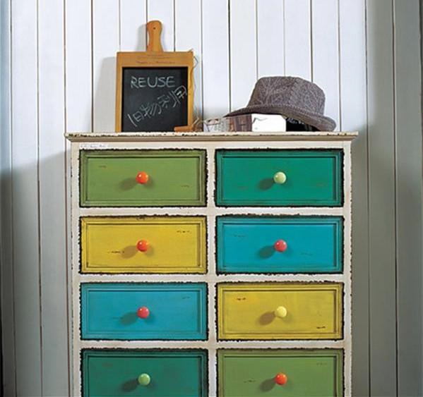 抽屉柜的新装 老式的抽屉柜,是上世纪80年代每个家庭的必备。几次搬家都舍不得扔是因为它的确非常好用。无论是在厨房还是在玄关,多个抽屉便于将零碎物品分类收起,找的时候很容易。水曲柳的表面都开裂了,没关系,用白色木器漆整个涂刷,抽屉部分可以按照室内的色彩涂上喜欢的颜色。可以多用几种色彩,用来区分抽屉内部物品的类别。  用玻璃瓶展示相片 有人非常喜欢在家里摆上各式各样的照片,购买相框就是一大笔开支。食品的玻璃瓶包装、用旧的玻璃杯,不要扔掉,把它们的商标去掉,把照片塞进去,就是极好的照片展示工具。瓶子大小不一、形
