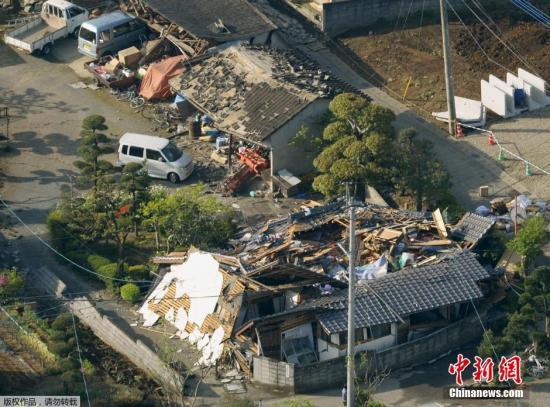 在地震中损毁的房屋。据日本NHK最新消息,目前地震已造成9人死亡,950余人受伤。