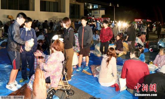 躲避地震的益城町民众。据日本政府消息,至少有19栋房屋在地震中倒塌,多人被困或被压。据日本NHK最新消息,目前地震已造成9人死亡,950余人受伤。