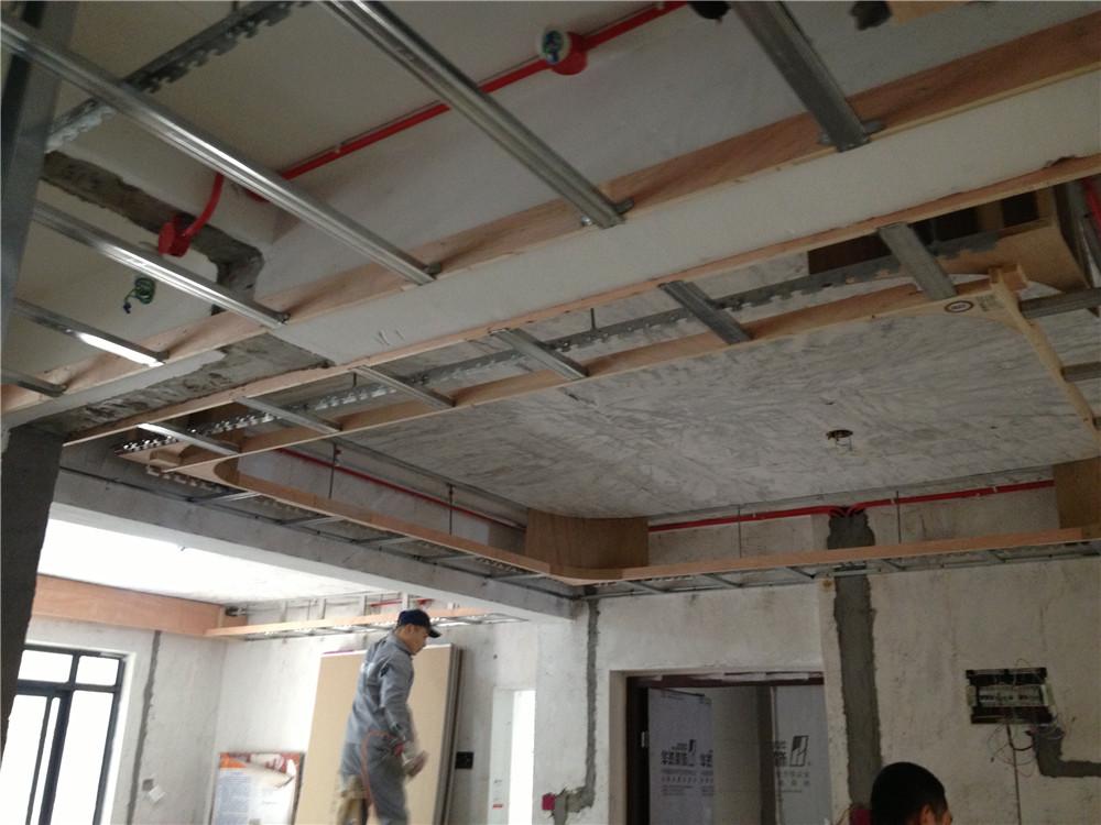 特别是造型天花板,都是用龙骨做框架